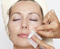 Удаление волос на лице у женщин с помощью восковых полосок