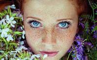 Девушка с веснушками