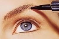 Процесс наненсения перманентного макияжа бровей